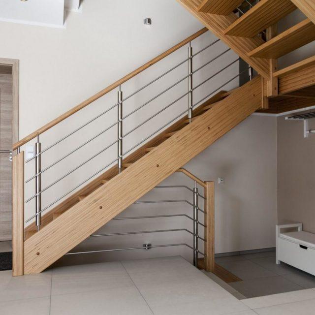 Treppenanlage im Design-Holz mit Edelstahl