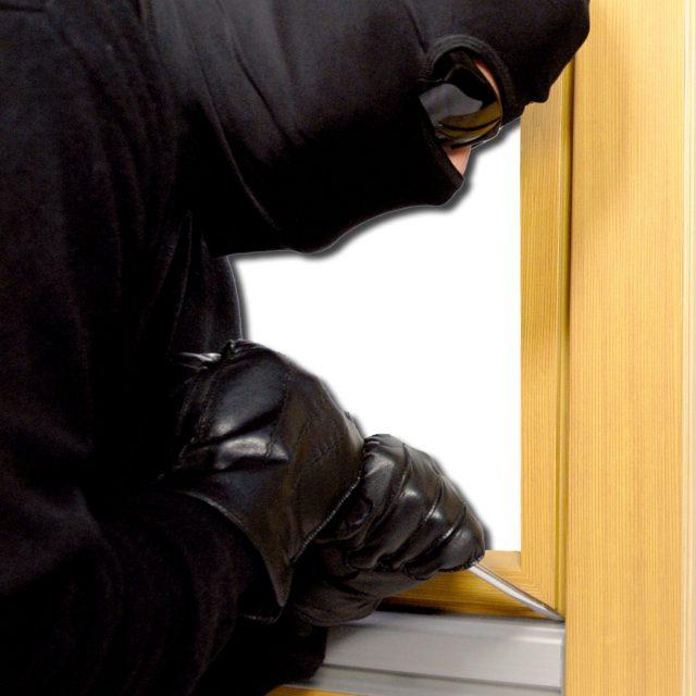 Der Einbrecher weiß genau wo die Schwachstellen sein könnten. Sichern Sie sich dagegen !