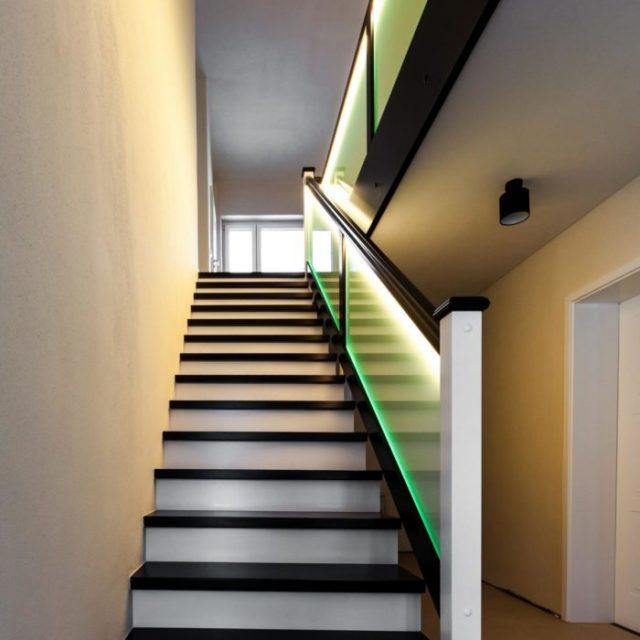 Treppe mit Glasgeländer beleuchtet